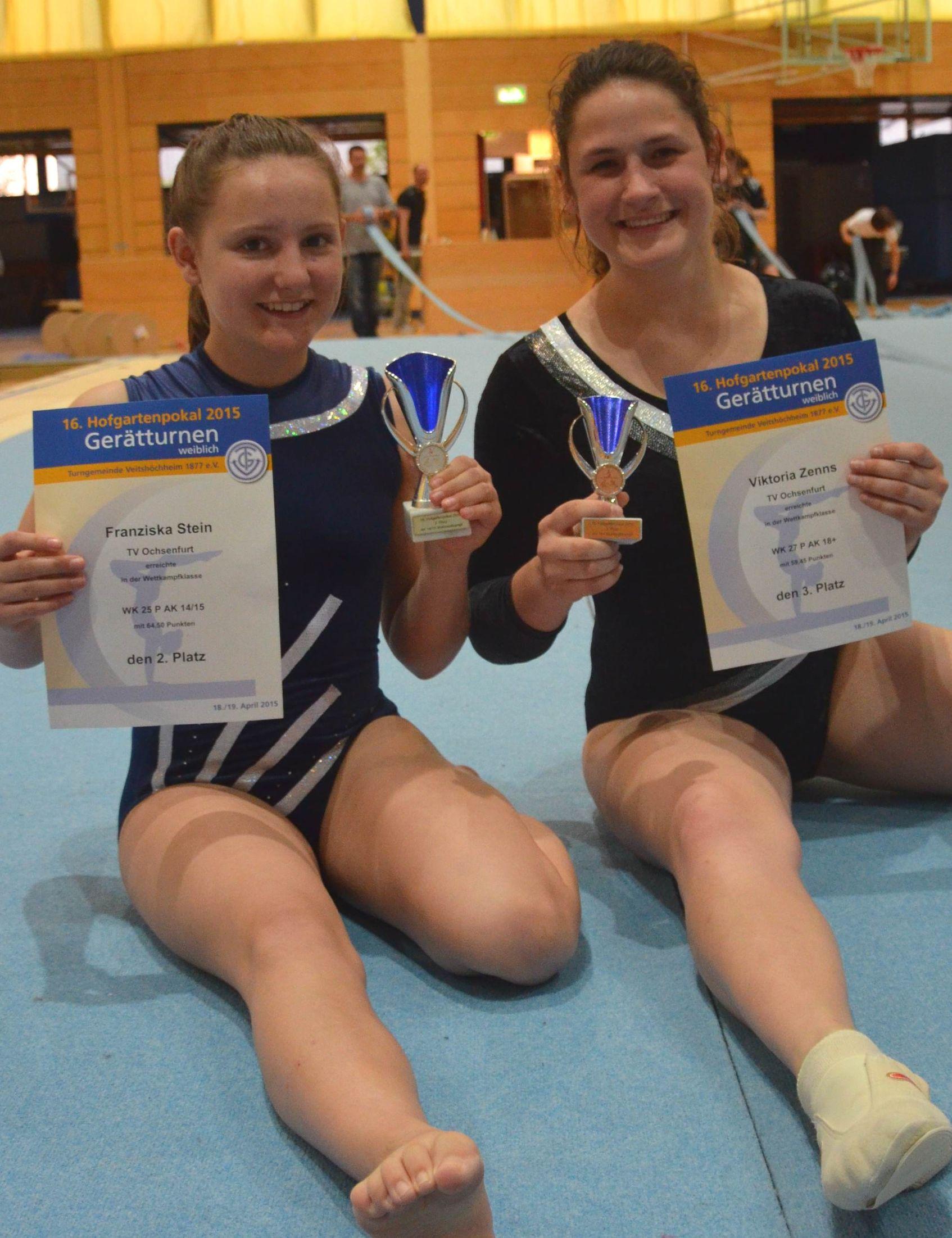 Franziska Stein und Viktoria Zenns freuen sich über ihre Pokale