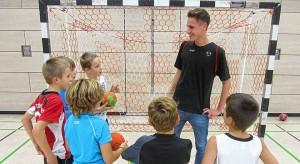 Die Gruppenbilder sind Handdballspieler mit FSJler Luca Hader.